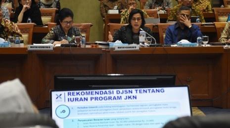 Menteri Keuangan Sri Mulyani Indrawati (tengah) dan Menteri Kesehatan Nila F. Moeloek (kiri) menyampaikan paparannya saat mengikuti rapat kerja gabungan dengan dengan Komisi IX dan Komisi XI DPR