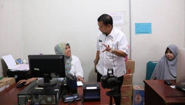 Iqbal Suhaeb meninjau secara langsung pelayanan kependudukan di Kantor Kecamatan Ujung Pandang