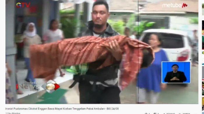 Jenazah H dibopong sang ayah keluar dari Puskesmas Cikokol, Tangerang, Jumat (23/8/2019)