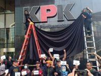 Tolak Revisi UU, Pegawai KPK Aksi Tutup Logo di Gedung Merah Putih