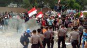 Demonstran membakar seluruh karangan bunga yang terparkir di depan gedung merah putih KPK