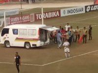 Kiper PSM Rivki Mokodompit dilarikan ke rumah sakit dengan ambulans