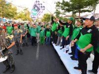 Gubernur Sulsel ditengah melepas jalan santai KAHMI Kota Makassar. (Ist)