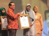 Basma menerima penghargaan dari Menpan RB Drs. Syafruddin M.Si pada acara Gemilang Perpustakaan Nasional Tahun 2019 di The Ballroom Jakarta Theater