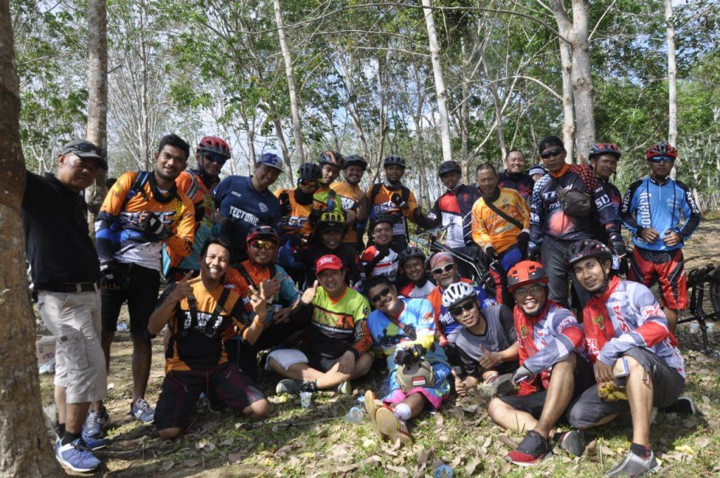 Gowes Bareng Komunitas Sepeda Gunung se-Bulukumba di Perkebunan Karet PT. Lonsum Balombissie Estate, sabtu, 7 September 2019.