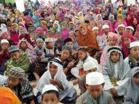 Ketua TP PKK Barru, Hj Hasnah Syam, MARS bersama peserta Khatmul Qur'an Massal yang bertempat di Masjid Agung Nurul Iman Kabupaten Barru, Sulawesi Selatan