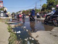 Genangan Air di Jalan Depan UIN Alauddin Resahkan Mahasiswa. (Ist)
