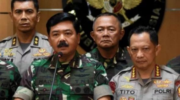 Panglima TNI Marsekal TNI Hadi Tjahjanto (kiri) bersama Kapolri Jenderal Pol Tito Karnavian (kanan)