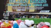 Bupati Bantaeng, DR Ilham Azikin menyambut jemaah haji asal Bantaeng yang tiba di asrama haji