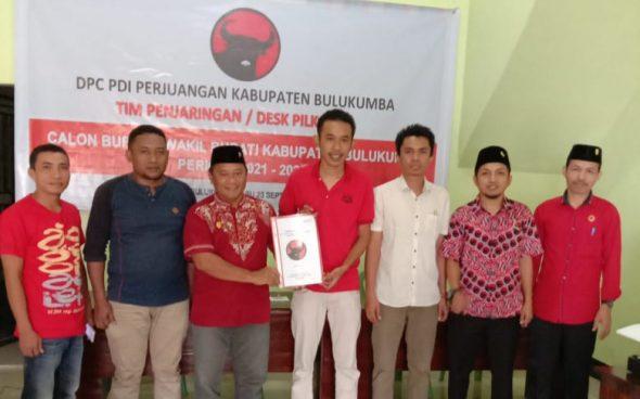 Tiga Pemuda mewakili Bakal Calon Bupati Bulukumba Jamaluddin M Syamsir mengambil formulir pendaftaran di kantor PDI Perjuangan Bulukumba,