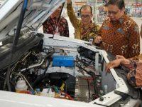 Menteri Perindustrian Airlangga Hartarto memperhatikan mesin mobil ESEMKA bertenaga listrik yang diproduksi PT Solo Manufaktur Kreasi (SMK) di Boyolali