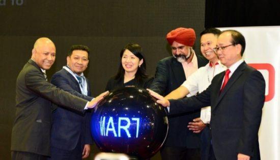 Menteri Energi, Ilmu Pengetahuan, Teknologi, Lingkungan dan Perubahan Iklim (MESTECC) Malaysia Yeo Bee Yin (tengah)