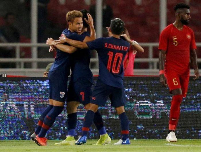 Pemain Thailand Merayakan Gol saat Dijamu Timnas Indonesia di Stadion Utama Gelora Bung Karno