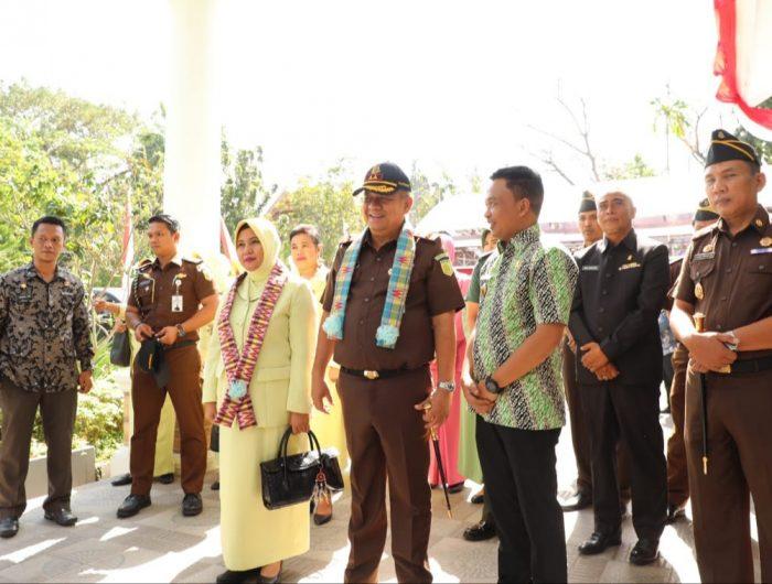 Rombongan Kejati Sulselbar disambut oleh Bupati Bantaeng, H. Ilham Azikin didampingi Kepala Kejaksaan Negeri Bantaeng, Johan Iswahyudi
