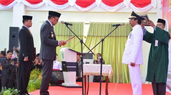 Gubernur Sulsel Nurdin Abdullah mengambil sumpah jabatan Wakil Bupati Barru, Nasruddin AM.