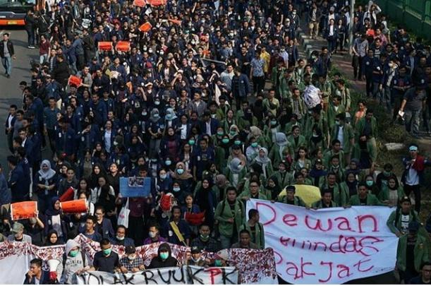 Ratusan mahasiswa menggelar aksi demonstrasi di depan gedung DPR/MPR, Jakarta, Kamis (19/9/2019). (Tirto.id)
