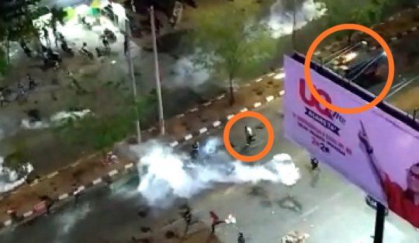 Mahasiswa Makassar Dilindas Mobil Polisi yang Amankan Demo