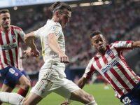 Bek Atletico Madrid, Renan Lodi mencoba menghentikan Gareth Bale di laga Derbi Madrid