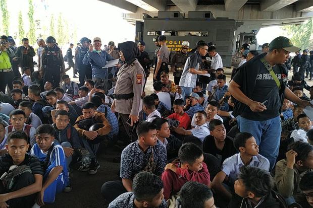 Ratusan Pelajar di Makassar Diamankan Polisi Amankan saat Hendak Demontrasi. (Foto: Sindonews)
