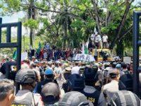 Kericuhan yang terjadi di depan gedung DPRD Sultra, (Foto: kendarinesia).