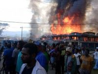 Massa membakar bangunan di Wamena, Papua. (Foto: Facebook)