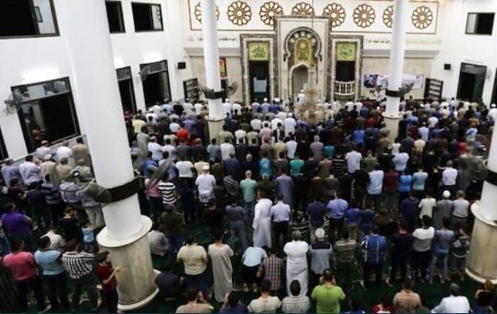 Ratusan Muslim Palestina menggelar salat Ghaib untuk jenazah BJ Habibie di Masjid Raya Umar di Jabalia Gaza . (FOTO: Bangonim/Anadolu Agency)