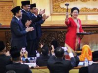 Ketua DPR periode 2019-2024 Puan Maharani (kanan) mengacungkan palu sidang