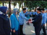 Penyerahan Surat Keputusan Kemenristekdikti kepada Ketua Yayasan Pendidikan dan Profesi Bahari Nusantara, M. Yasin.