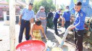 Hasnah Syam Tinjau Penyaluran Bantuan Air Bersih