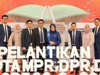 Hj. Hasnah Syam beserta keluarga pada pelantikan Anggota DPR RI periode 2019-2024 di Gedung DPR MPR Jakarta, Selasa (1/10/2019).