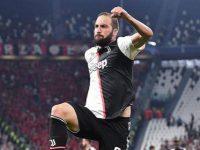 Penyerang Juventus, Gonzalo Higuain, merayakan golnya ke gawang Bayer Leverkusen di ajang Liga Champions