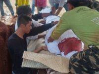 Penampakan darah di kain kafan Maulana Suryadi (23), pemuda yang tewas saat ikut aksi unjuk rasa mahasiswa di DPR RI
