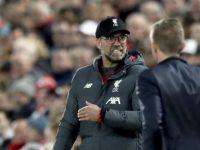 Aksi Jurgen Klopp di pinggir lapangan di laga Liverpool vs RB Salzburg. (c) AP Photo