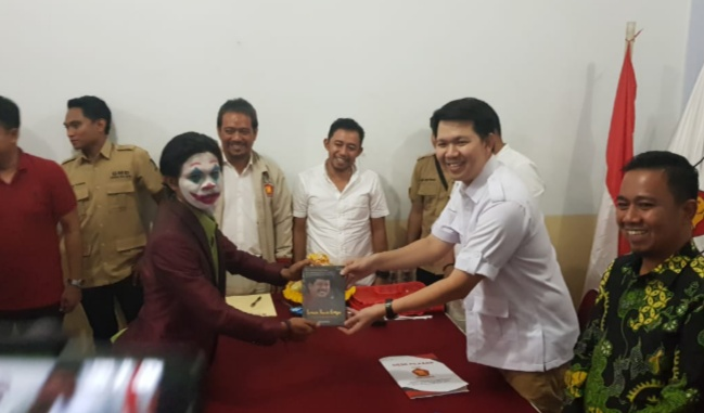 Irman Yasin Limpo alias None yang mendaftar sebagai calon walikota di tiga Partai Politik (Parpol) didampingi figur Joker