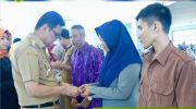 Bupati Barru Kembali Serahkan Langsung Kartu BPJS Ketenagakerjaan ke Tenaga Honorer