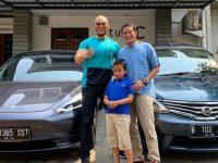 Mantan Wakil Gubernur DKI Jakarta, Sandiaga Uno berfoto bersama saat berkunjung ke rumah artis Deddy Corbuzier.