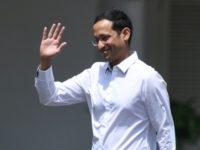 CEO goJek Nadiem Makarim melambaikan tangan di Kompleks Istana Kepresidenan