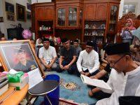 Gubernur Sulawesi Selatan, Prof. H. M. Nurdin Abdullah melayat ke rumah duka Almarhum Zainal Basri Palaguna