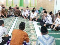 Usai Salat Jumat di Masjid Jami At-Taqwa, Bupati Barru Silaturahim dengan Masyarakat