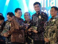 Adnan Purichta Ichsan menerima Anugrah Kihajar 2019 dari Kementerian Pendidikan dan Kebudayaan (Kemendikbud).
