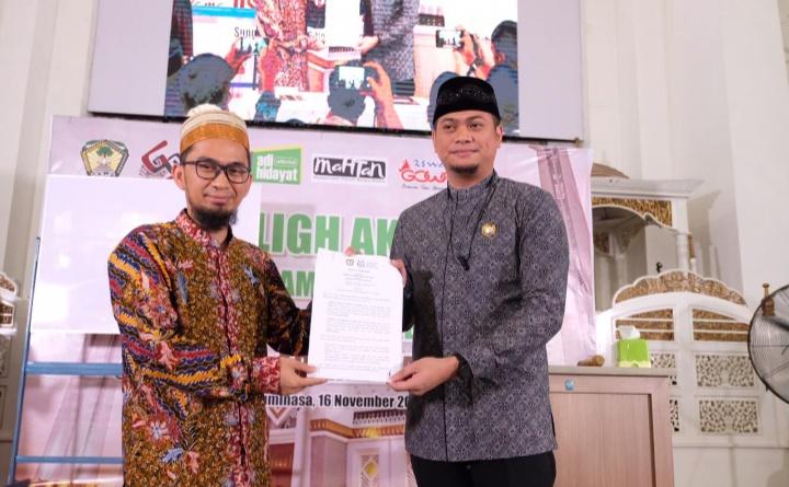Bupati Gowa, Adnan Purichta Ichsan YL (kanan) bersama Ustad Adi Hidayat, Lc. (kiri) pada acara Tabligh Akbar di Masjid Agung Syekh Yusuf, Sabtu (16/11).