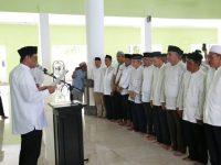 Suardi Saleh saat melantik pengurus Masjid Agung Nurul Iman Barru, Minggu (17/11/19).