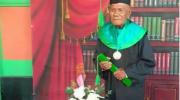 La Ode Muhammad berhasil raih gelar sarjana sastra Indonesia di Usia 85 Tahun.