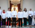 Presiden Joko Widodo (keempat kiri) bersama staf khusus yang baru dari kalangan milenial
