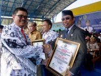 Wakil Bupati Nasruddin AM yang mewakili Suardi Saleh menerima penghargaan dari PGRI.
