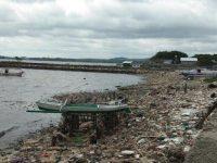 Gundukan sampah di sepanjang pantai Cempae, Kota Parepare. Foto: Tribunparepae