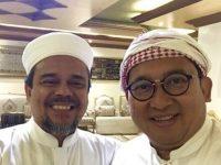 Ketua Umum Front Pembela Islam (FPI) Habib Rizieq Syihab bertemu dengan dua Wakil Ketua DPR Fadli Zon di Mekkah, Arab Saudi. - @fadlizon