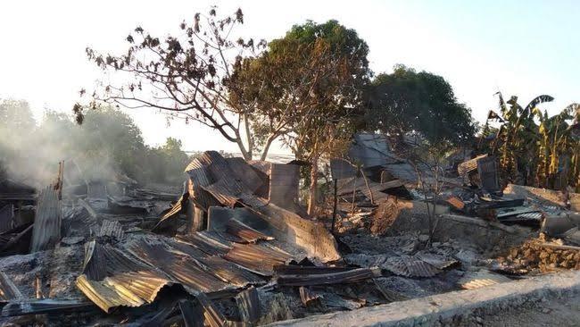 Sejumlah rumah habis terbakar akibat bentrokan dua kelompok warga di Buton Tengah, Sulawesi Tenggara. (Dok Polda Sultra)