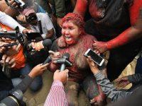 Demonstran di Bolivia Seret Wali Kota dan Cukur Paksa Rambutanya.