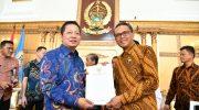 Wakil ketua Banggar DPR RI, Rusdi Masse bersama Gubernur Sulsel Nurdin Abdullah.